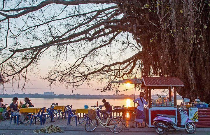 """Explorons la partie méridionale du Laos mais version """"slow travel"""". Inutile de se presser profitons des petites et grandes expériences que ce pays peut nous offrir. Dominique Roland nous dévoile les étapes de ce road trip sur www.routard.com. Photo : sur les bords du Mékong à Thakhek. #leroutard #routard #laos #roadtrip #voyage Hotels-live.com via https://www.instagram.com/p/BBX7prjndwa/ #Flickr"""