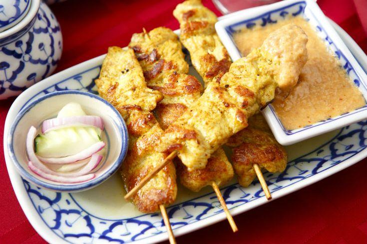 """Asya lezzetlerinin en çok bilinenlerinden, en yaygınlarından biridir """"satay soslu tavuk"""". Miniktavuk parçalarının minik şişlere geçirilmesiyle sunulan yemek, atıştırmalık olarak kokteyl ve partilerin vazgeçilmezlerindendir. Asya baharatları ve aromalarıyla marine edilen satay soslu tavuğun kökleri Endonezya'ya dayanır ama bütün Güney Asya ülkelerinde çok popülerdir. Aslında satay sos sadece tavuk için kullanılan bir terim değil, asya baharatlarıyla …"""