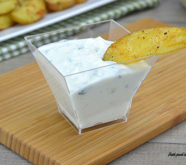 La SALSA ALLO YOGURT è davvero perfetta per esaltare ogni sapore e da abbinare a tantissimi alimenti; è molto semplice e veloce da preparare.