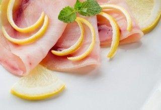 Carpaccio di spada  con pesche, mango  e olive