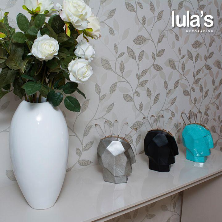 Las flores, podría pensarse, son la decoración pionera de los espacios. Un buen jarrón resalta cualquier arreglo floral. Visítanos y conoce nuestros productos.