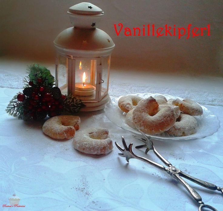 I Vanillekipferl sono dei deliziosi biscotti natalizi tipici della cucina austriaca a base di pasta frolla, mandorle e vaniglia; l'impasto ottenuto viene poi suddiviso e piegato in forma di piccoli ferri di cavallo, cotti in forno e infine spolverati con abbondante zucchero a velo.