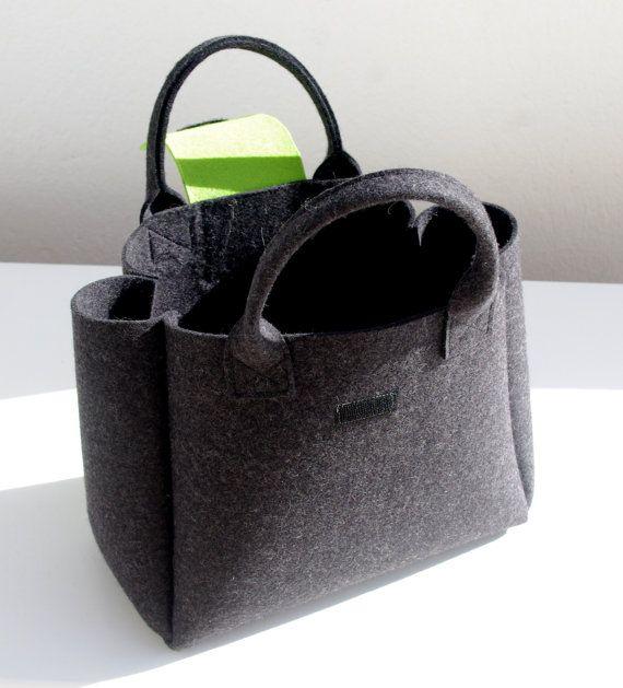 Borsa grigio scuro con chiusura a velcro verde brillante. La borsa è molto leggera e la forma del feltro lo fa apparire ancora più spaziosa. La dimensione è grande, la borsa può certamente tenere molte cose. Misure: 30cm/12 cm larga alla base, 40cm/15,8 cm x superiore 25 10 cm x 14cm / 5,5 cm Tessuto: lana grigia e verde scuro feltro 3mm Vi prego di contattarmi, se avete domande. Spedisco via posta normale in Francia. Se desiderate una spedizione cingolati o espressa, si p...