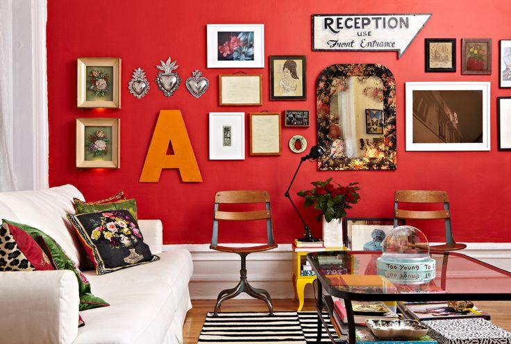 90 Вдохновляющих идей для декорирования стен своими руками: Создаем свой уникальный интерьер! http://happymodern.ru/dekorirovanie-sten-svoimi-rukami/ Старинные сувениры и современные картины на ярко-красной стене комнаты в богемном стиле Смотри больше http://happymodern.ru/dekorirovanie-sten-svoimi-rukami/