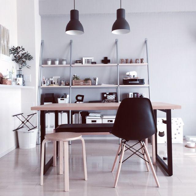 Reikoさんの、部屋全体,IKEA,スツール,ダイニングテーブル,ベンチ,マンション,ペンダントライト,モノトーン,イームズシェルチェア,北欧好き,棚 ディスプレイ,塩系インテリア,のお部屋写真