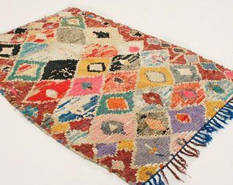 ❘❘❙❙❚❚ UITVERKOOP ❚❚❙❙❘❘  BOUCHEROUITE DEKEN/Rag tapijt  Kleurrijke vintage Boucherouite tapijt, handgemaakt in Marokko.  De Boucherouite tapijten (zeggen  bou definitief reed) worden gemaakt in de jaren 70 en vroege jaren 80 door vrouwen van de Marokkaanse Berber, voor huishoudelijk gebruik. Een functioneel en decoratief object in hun huizen. Sinds de jaren 50 nomadisme steeds meer aan het verdwijnen is, en de productie van wol van sheepherding veel teruggebracht. Omdat wol werd zeldzam...