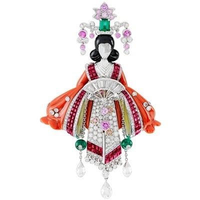 Spilla di ispirazione orientale in oro con rubini, smeraldi, zaffiri colorati, corallo, onice e diamanti.  Collezione Alta Gioielleria Palais de la Chance.