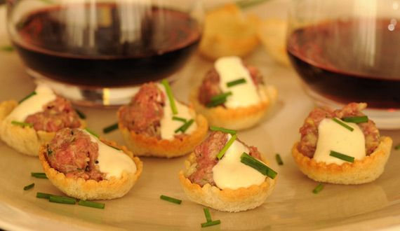 Tártaro de carne en tacitas de pan, exquisito y fácil de servir.