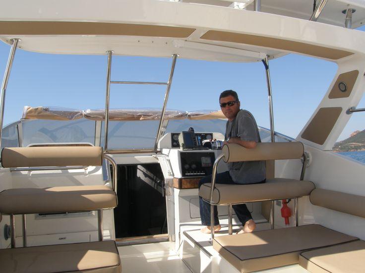 Martial, le capitaine du Cala Rossa au poste de pilotage du bas