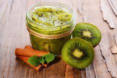 Ricetta marmellata di kiwi - i kiwi sono uno dei frutti che contengono più vitamina C, apportano grandi benefici all'organismo. Vediamo come fare marmellata