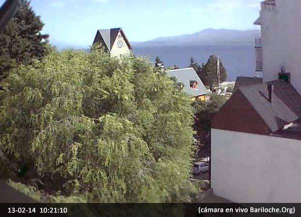 Hola a todos!!  Bariloche ahora: El día de hoy se presenta despejado y cálido, con viento leve. La temperatura en este momento es de 15°.  Imagen: Cámara en VIVO www.bariloche.org