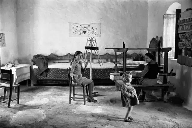 Κρήτη 1955. Ο Erich Lessing επισκέφτηκε τη Κρήτη το 1955 που φαίνεται να έχει συνέλθει από τη καταστροφή της Γερμανικής Κατοχής .Η φωτογράφιση είναι καθαρά ανθρωποκεντρικη και οι εικόνες δυνατές.