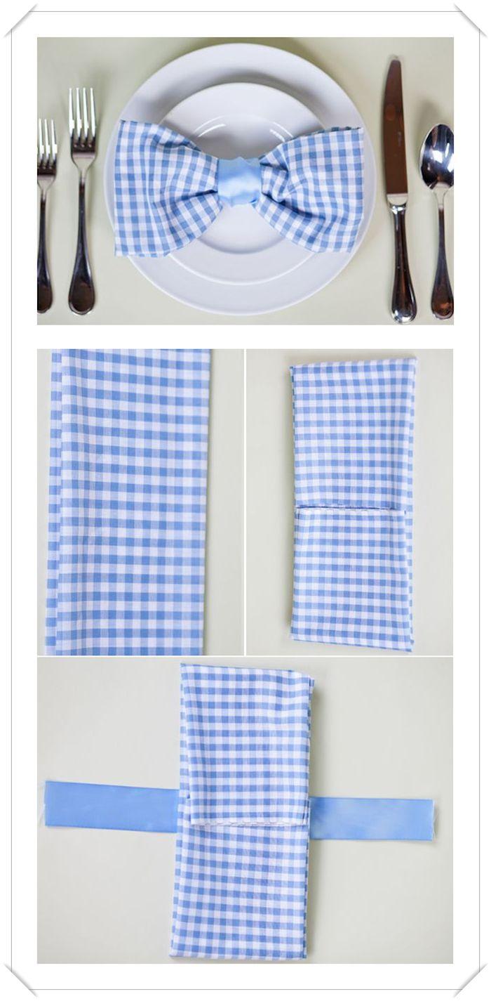 pliage serviette papillon, comment faire un papillon de serviette en tissu carré bleu et blanc, couverts de table et assiettes rondes