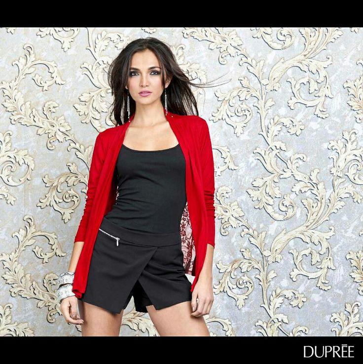 Rojo y negro: una combinación que no pasa de moda. Llévala en cualquier momento.