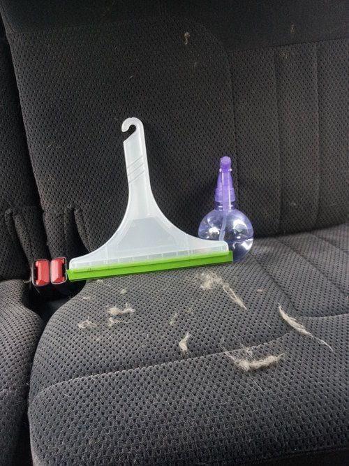 l'astuce pour enlever les poils sur les fauteuils de la voiture