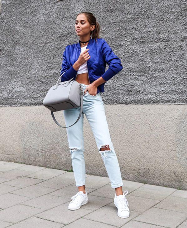 Street style look com calça jeans e bomber jacket
