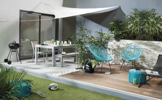 terrasse en bois et carrelage, parements au mur, pelouse, barbecue et
