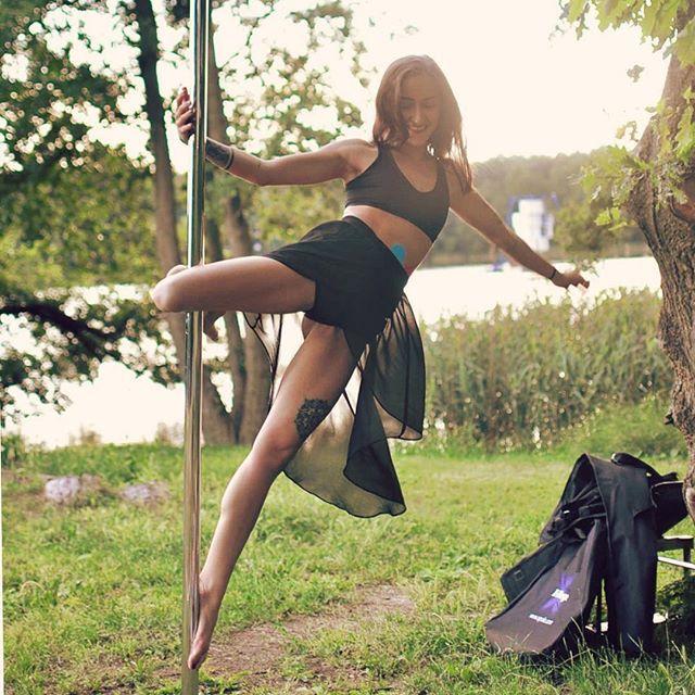 Ilona w romantycznym wydaniu - rurka w plenerze 😎☀️💕 #poledance #poledanceoutdoor #plener #poledancer #poledancersofinstagram #polefitness #polelove #polishgirl #pieknepoznaniankii #jezioro #strzeszynek #integracja #niewstydzesierury #poznan #poznangram #polespot_poznan