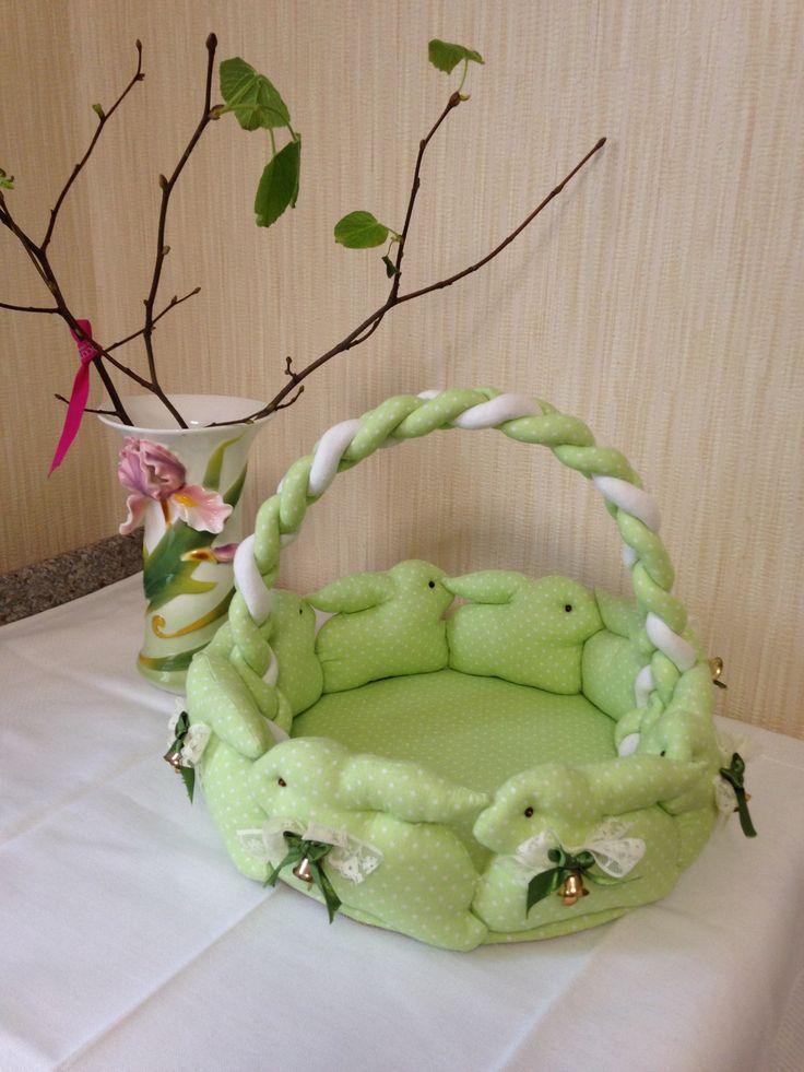 Пасхальная корзина из текстильных кроликов