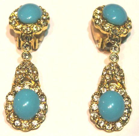 Splendidi orecchini pendenti con clips, in peltro placcato oro 14 Kt, con swarovski bianchi e cabochon in resina acrilica color turchese. Firmati Kenneth Lane.