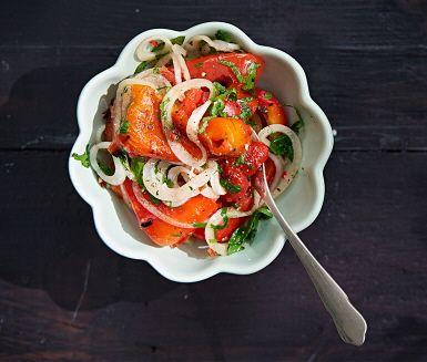Grillad marinerad paprika blir mycket godare om du gör det själv. Här har du ett härligt recept med persilja och chili. Underbart gott och enkelt att fixa. Ett vackert inslag på grillfesten.