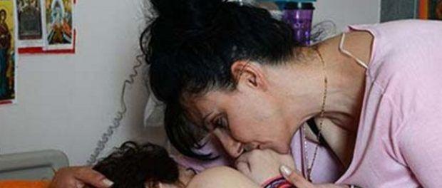 Το άτυχο κορίτσι το καλοκαίρι του 2012 είχε πέσει θύμα επίθεσης του περιβόητου δράκου της Πάρου ο οποίος αφού την κακοποίησε την χτύπησε βάναυσα με μία πέτρα.