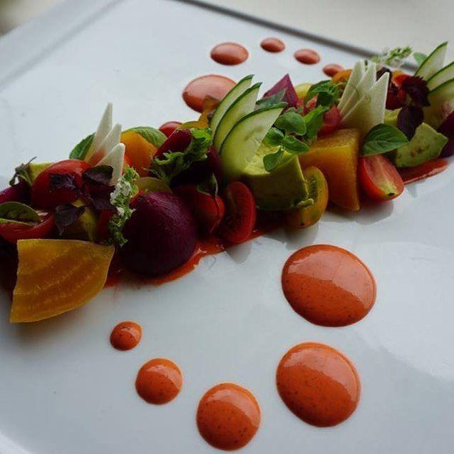 マオファームのローストビーツ ホオファームのトマトとキュウリのサラダ、アボカド、梅ビネグレット ・ ・ #アランウォンズ #ハワイ #オアフ #ホノルル #レストラン #ダイニング #名店 #グルメ #ステーキ #カウアイ #肉 #オーガニック #ナチュラル #ヘルシー #美味しい料理