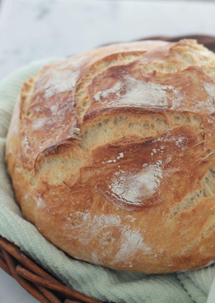 Ce pain sans pétrissage est léger et aéré. La recette demande un minimum d'effort et pas besoin de connaissances en boulangerie ni de machine à pain. / cuisineculinaire.com