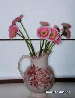 Te koop. Sfeervolle roomkleurige kan met donkerrode bloemen. Frans aardwerk. Gaaf voor je mooie boeket! Aan de bovenkant mist een klein scherfje. Daarom een zacht prijsje, 8.50 euro.