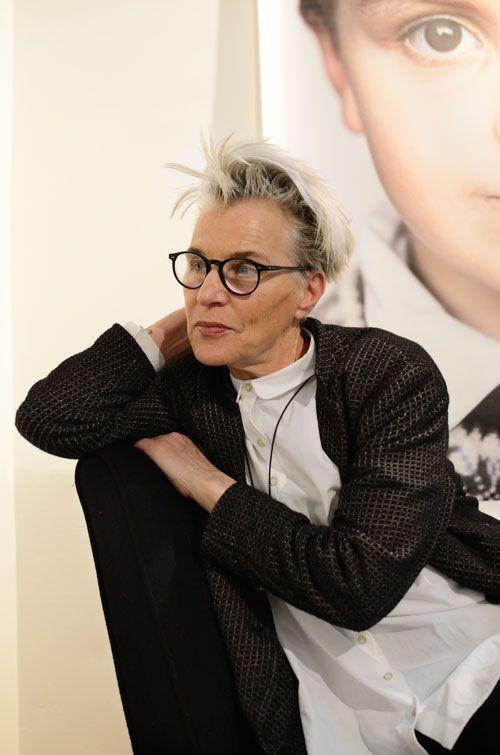 Fällt das Wort 'Galeristin', denkt jeder sofort an eine Dame um die sechzig, an schweren, assymetrischen Schmuck, lange, asymmetrische Kleidungsstücke (oder alles von Yamamoto) und exzentrische (manchmal assymetrische) Brillengestelle. Zumindest bei mir ist das so. Aber vielleicht bin auch ich in alten Klischees aus den 90ern verhaftet. Als die Kunstwelt noch durch konzeptuelle Kleidung dem … Weiterlesen