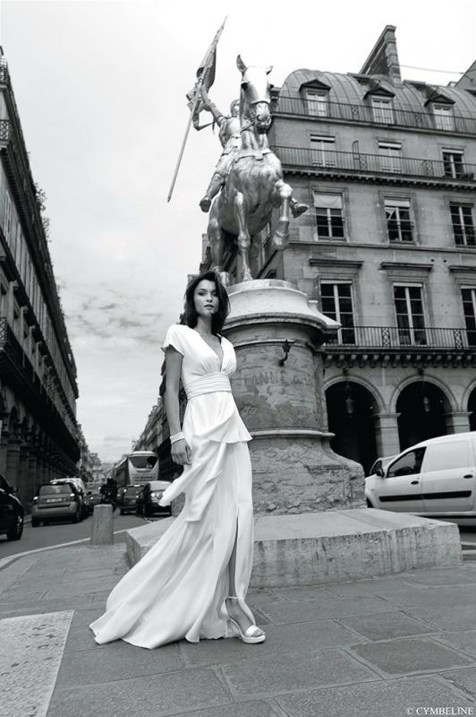Nowoczesna suknia ślubna z z baskinką.