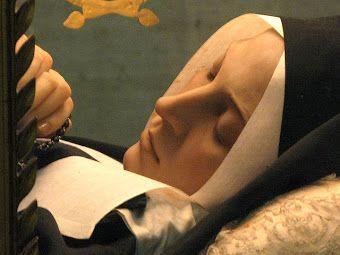 Sainte Bernadette Soubirous; tout comme Saint Padre Pio, le saint Curé d'Ars et d'autres, son corps ne s'est pas décomposé.