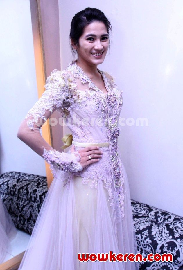 Alissa subandono wearing kebaya by ferry sunarto