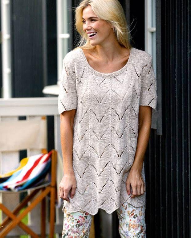 Løsthængende tunika med et feminint hulmønster, der syner let og sommerligt.