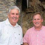 Boets Nel (eienaar van De Krans-wynlandgoed), en Johnny Bishops (Van Reede-skoolhoof)