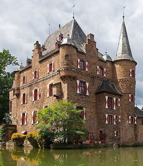 Burg Satzvey (Satzvey Castle),  An der Burg 3, 53894 Mechernich, Nordrhein-Westfalen, Germany...     www.castlesandmanorhouses.com   ...     One of the moated castles in the Rhineland. The first written records date from 1396 , but the foundations of the castle are older. For more than 300 years the Castle has been the seat of the Counts Beissel von Gymnich.