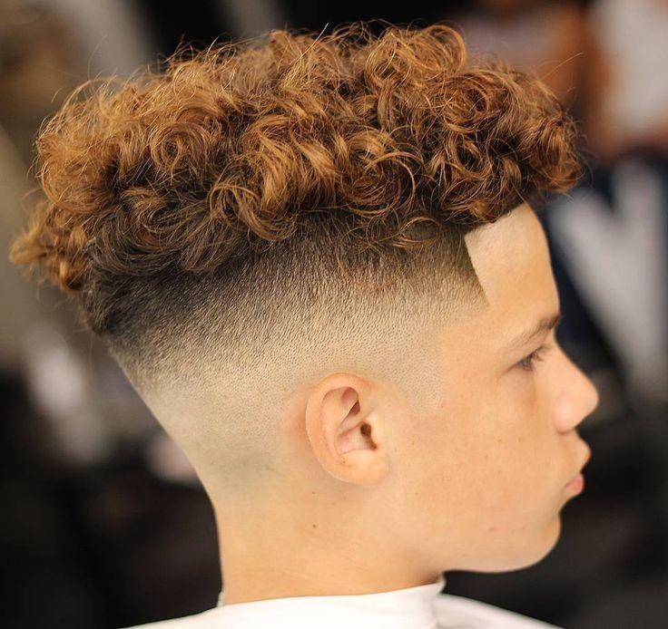 Kinderfrisuren Jungs Mit Locken Undercut Rasiert Seite Oben Lang Kinder Kinderfrisuren Jungen Haarschnitt Herrenhaarschnitt