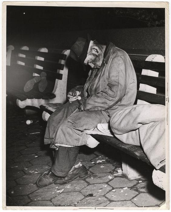 Dopo Jack London, tanti fotografi, specie americani, hanno fotografato le panchine dei senza tetto. Uno di questi è stato Weegee, che andato via da casa appena quindicenne trascorse molte notti dormendo sulle panchine di Bryant Park. Esattamente come l'uomo di una sua fotografia degli anni '40, che dorme incastrato tra altri due poveri sdraiati sulle panchine nei pressi di Central Park.
