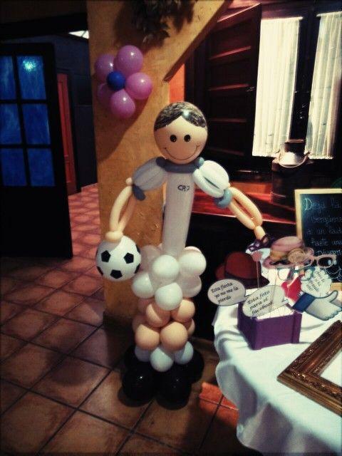 Futbolista con globos