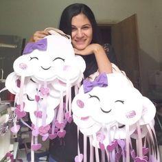 Quem não quer se molhar nessa chuva!!?? Sacolinhas lindas!! . . . #reencantarpresentes #chuvadeamor #festachuvadeamor #festademenina #sacolapersonalizada #festasinfantis #lembrançainfantil #antesdafesta
