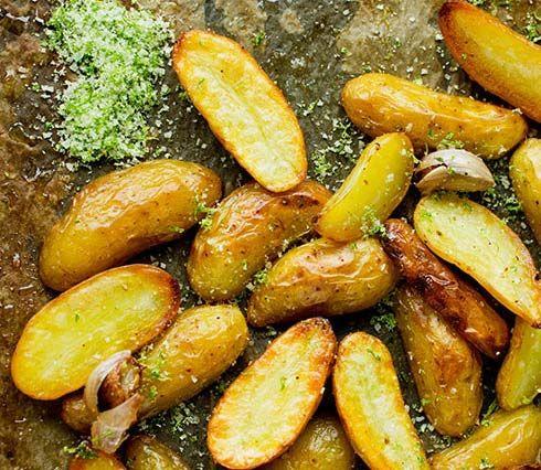 Lag deilige, stekte mandelpoteter med limesalt som tilbehør til for eksempel kjøtt, fisk eller kylling. Se oppskrift på Lises blogg!