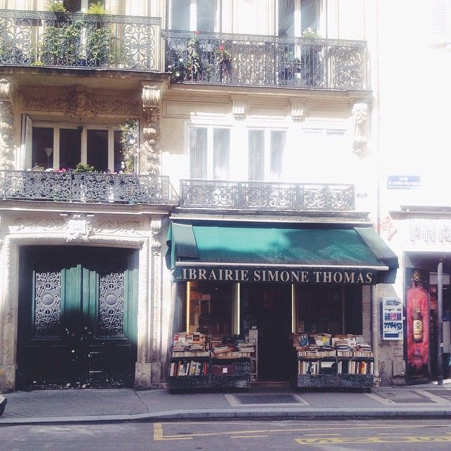 En af de mange fine små boghandlere der er i Paris // Little bookshop in Paris.
