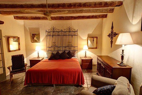 Спальня с балками на потолке в испанском стиле