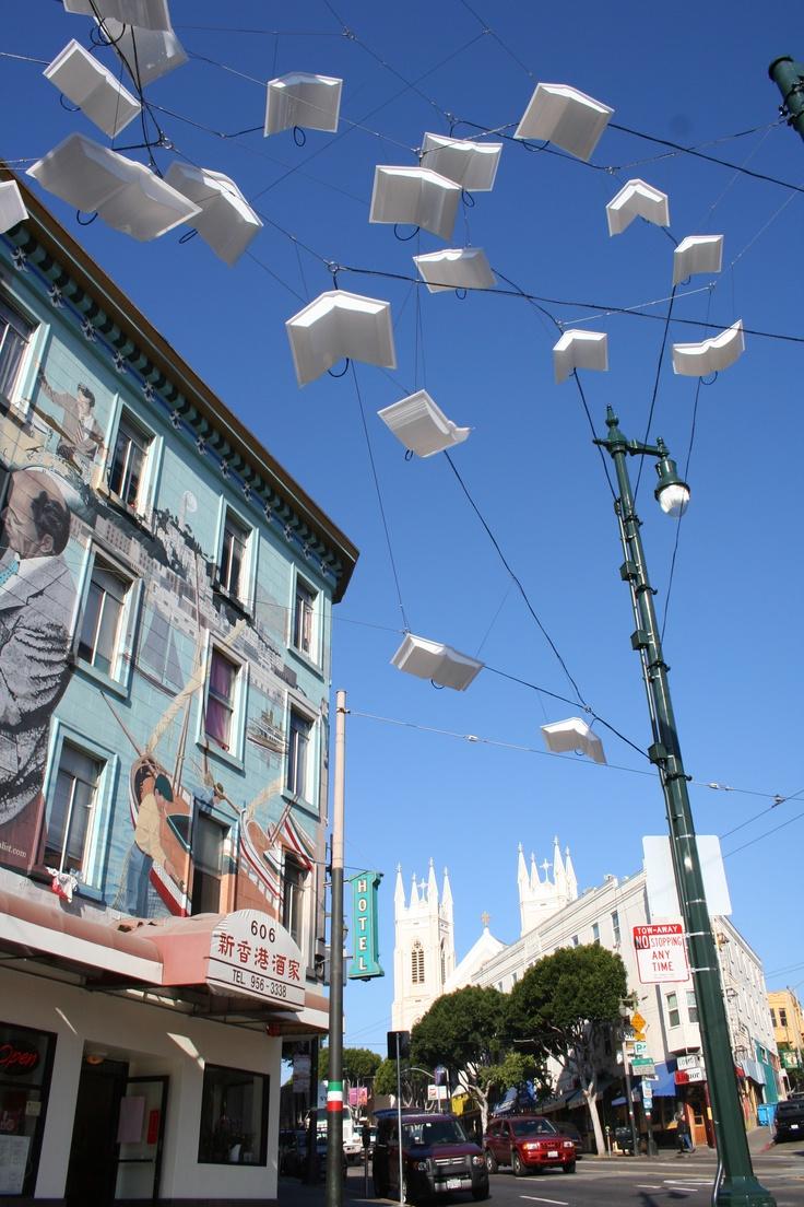 Entre el barrio chino y el italiano encontramos este homenaje a los libros.