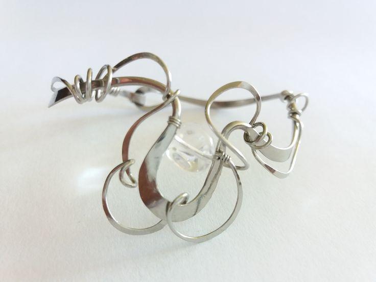 """Náramek+MR25+""""Něha+křišťálem+oděná""""+Autorský+šperk.+Originál,+který+existuje+pouze+vjednom+jediném+exempláři.Vyniká+kouzelným+prostorovým+tvarem,+čistým+zpracováním+detailů+a+elegantním+výrazem.+Třpyt+celému+šperku+dodá+dopad+slunečních+paprsků+do+křišťálového+valounku,+celý+se+rozzáří.+Prostorový+tvar+vypadá+vždy+luxusně,+zajímavě,+poutá..."""