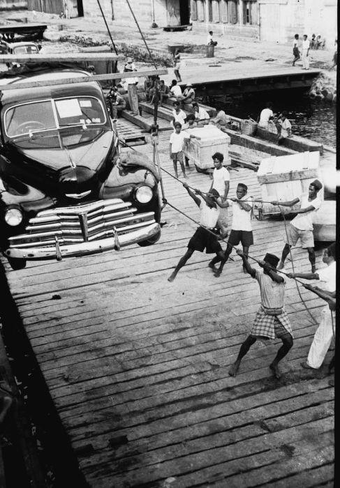 COLLECTIE TROPENMUSEUM 'Het aan boord van de 'Bagan' takelen van een auto tijdens de inscheping in de haven van Makassar' TMnr 10029544.jpg