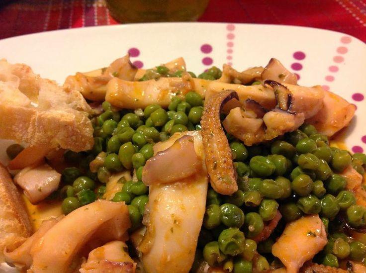 SEPPIE CON PISELLI  Ingredienti per 4 persone: 800 gr di seppie 800 gr di piselli freschi 1 cipolla 1 spicchio d'aglio 1 ciuffo di prezzemolo olio d'oliva sale e pepe