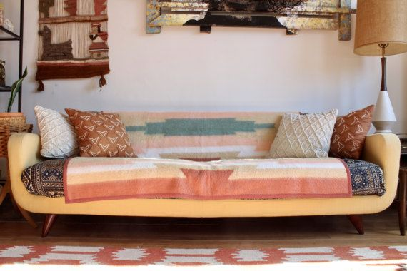 ¡Esta es una manta muy grande y super acogedor! Esto tiene un patrón hermoso del sudoeste en tonos pastel de la turquesa y rosa sobre un fondo bronceado. Este es un material suave, difuso por Biederlack. Esto es en sorprendente condición vintage sin manchas ni lágrimas. Esta es una gran manta sería tan grande en un sofá o incluso como una extensión de la cama. Mide aproximadamente 76,5  x 60 de ancho alto.