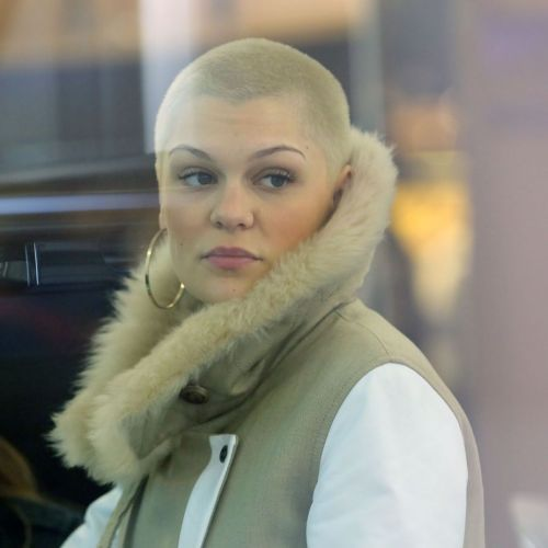 Jessie J : Crâne rasé et bottines léopard, l'Anglaise joue les fashion victimes
