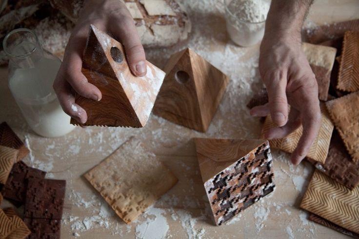 Studiolav, studio de design basé à Londres, signe toujours des créations drôles et décalées. C'est encore le cas avec cet ensemble de tampons en bois pour la cuisine, réunissant la mode et la pâtisserie !  En effet, les tampons permettent d'orner nos pains, biscuits, pâtes à tarte de motifs emblématiques tels que le pied-de-poule ou encore le motif à chevron et de transformer chacune de nos créations culinaires en des pièces haute-couture après cuisson.
